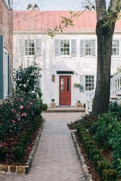 Zero George Street Boutique Hotel in Charleston, South Carolina Charleston Caroline Du Sud, Charleston Hotels, Charleston Sc, Garden And Gun Magazine, Beautiful Homes, Beautiful Places, Style Me Pretty Living, Up House, Happy House