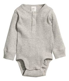 Gray. CONSCIOUS. Long-sleeved bodysuit in ribbed organic cotton jersey. Snap fasteners at front and at gusset. Ribbed cuffs.