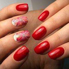 unghie in gel rosse, una manicure perfetta e brillante con anulare e medio  finemente decorati