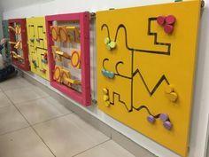 Tableros de juegos de madera para chicos, en la sala de espera de un centro de vacunación.