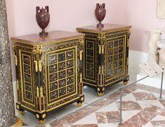 Paire de cabinets bas à marqueterie de pierres dures du duc d'Aumont Joseph Baumhauer, bâti de chêne, placage d'ébène, marqueterie en première partie d'écaille, de laiton et d'étain, panneau de marqueterie de pierres dures, garniture de bronze doré, marbre brocatelle.