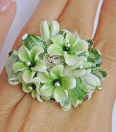 Excellent tutorial to make polymer flowers for beads, embellishments, etc. (It is in Russian, but with the google translator you can understand it easily!)
