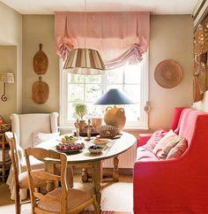 ¿Quien se atreve a colocar un sofá en el comedor y encima de color rojo? La casa de la interiorista @nataliehaegemaninteriors es una caja de sorpresas. Quiere ser diferente, única. Y lo ha conseguido (con encanto). No siempre hay que seguir las normas... (Link en la bio) ❤️