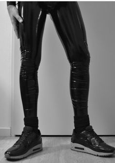 Black Leather Pants, Men's Leather, Mode Latex, Latex Men, Vinyl Dress, Dark Disney, Denim Jeans Men, Second Skin, Hot Boys