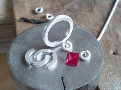 Des carrées avec des carrées et des ronds avec des ronds… Mens Silver Necklace, Silver Necklaces, Silver Jewelry, Silver Ring, Silver Earrings, Jewelry Sets, Fine Jewelry, Jewellery, Jewelry Stores Near Me
