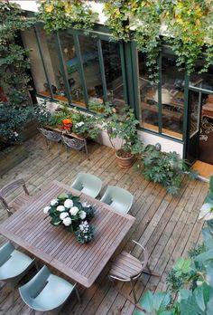 Une maison parisienne avec de grandes fenêtres type atelier donnant sur le patio. Plus de photos sur Côté Maison http://petitlien.fr/836a