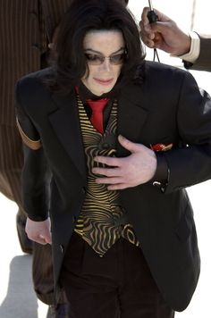 Michael Jackson Photos - Michael Jackson arrives to the Santa Barbara County courthouse April 2005 in Santa Maria, California for his molestation trial. - The Michael Jackson Trial Continues Facts About Michael Jackson, Michael Jackson Story, Jackson Life, Jackson 5, Court Outfit, Love U Forever, Beautiful Smile, Celebrities, How To Wear