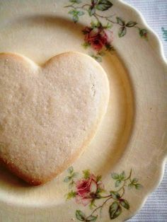 a heart shaped cookie and a beautiful plate - sweet Heart Shaped Cookies, Heart Cookies, Sugar Cookies, Cake Cookies, I Love Heart, With All My Heart, Happy Heart, Macarons, Vintage Dishes
