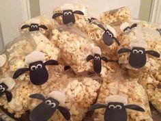 Shaun the sheep. Popcorn in een zakje en gezichtje erop geplakt. Super leuk!