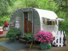 I want this for my backyard as a guest room! Vintage Camper Trailer with pretty flowers Old Campers, Vintage Campers Trailers, Retro Campers, Camper Trailers, Tiny Trailers, Happy Campers, Vintage Motorhome, Little Campers, Caravan Vintage
