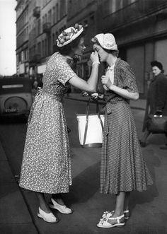 Zomer 1951: vrouwen droegen wikkeljurken en schattige hoedjes. En geef ze eens ongelijk.    - harpersbazaar.nl