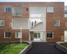 To accentuate the voids, the team used white paint, which contrasts with the brick cladding on the facades. Upper portions of the stairwells are surrounded by metal wire. Facade Architecture, Contemporary Architecture, Axonometric View, Brick Cladding, Urban Fabric, Social Housing, Concrete Structure, Duplex House, Building Systems