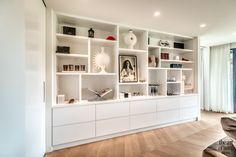 Penthouse met warm interieur | Culimaat | The Art of Living (NL) Decor, Home Library, Shelves, Luxury Interior, Girl Room, Interior Design, Home Decor, Modern House Plans, Cocktail Cabinet