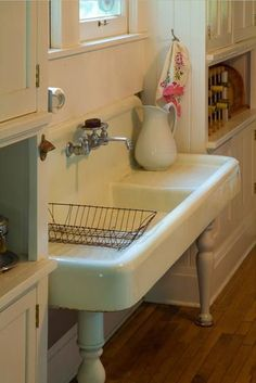 just love these big, vintage sinks. if I ever have the old farmhouse I want, I'm putting one in the master bathroom!