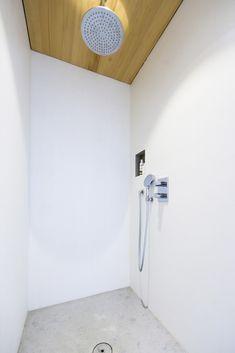 Badewanne aus Stahl-Email mit Einhebelmischer und Handbrause • Dusche mit Punktabfluss, gemauerte Duschwände, Holzdecke (LED-Spot), Ablagenische, Thermostatarmatur, Kopfbrause und Handbrause • Möbelwaschtisch mit Aufsatzwaschbecken aus Keramik und 2 Einhebelmischern • WC mit Lüftung Badmöbel aus Weißtanne, Spiegel mit Licht • fugenloser Boden aus Lehmkasein •Fußbodenheizung•HSH-Installatör • Holz die Sonne ins Haus • ROT-HEISS-ROT Led Spots, Toilet Paper, Wall Lights, Inspiration, Home Decor, Timber Ceiling, Bath Tub, Sun, Steel