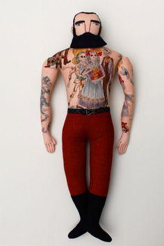 Inspirada pelo vintage e pelo circo, Mimi Kirchner, uma senhora, cria bonecos tatuados feitos à mão que nos trazem ao mesmo tempo um ar retrô e divertido.