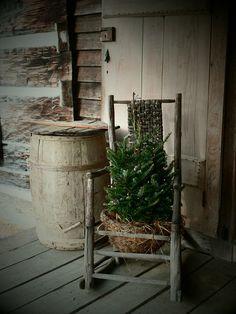primitive decor near me Christmas Porch, Prim Christmas, Outdoor Christmas Decorations, Country Christmas, Simple Christmas, Xmas, Primitive Christmas Decorating, Porch Decorating, Primitive Decorations