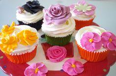 Cupcakes de vainilla Mini Cupcakes, Valencia, Desserts, Food, Vanilla Cupcakes, Meal, Deserts, Essen, Hoods