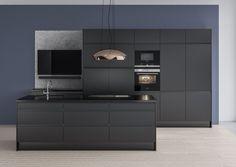 Tässä modernissa keittiössä toisiinsa sopivat värisävyt luovat yhtenäisen vaikutelman. Vapaasti riippuva liesituuletin on tyylikäs ja ainutlaatuinen yksityiskohta. Integroitujen kodinkoneiden ansiosta liesituuletin pääsee oikeuksiinsa ja erottuu kauniina kontrastina mustaa vasten. Modern Kitchen Cabinets, Kitchen Cabinet Design, Open Plan Kitchen, Ikea, Kitchens, Ceiling Lights, Interior, Furniture, Home Decor