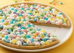 Spring Cookie Pizza for an Easter Treat! Cute if sister has an Easter party at school! Easter Cookies, Easter Treats, Easter Food, Easter Snacks, Easter Desserts, Easter Decor, Easter Centerpiece, Easter Cake, Sugar Cookies