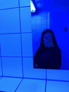 This Story Behind Blue Aesthetic Will Haunt You Forever! Aesthetic Colors, Aesthetic Grunge, Aesthetic Pictures, Tumblr Profile Pics, Photos Tumblr, Insta Profile Pic, Girl Photography Poses, Tumblr Photography, Dark Instagram
