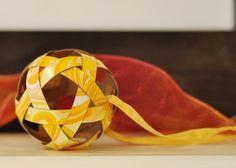 Bolas de natal com pedaços de papel