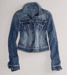 Siempre se verá genial una chamarra de mezclilla para completar el look con tus leggins - AE Faded Denim Jacket