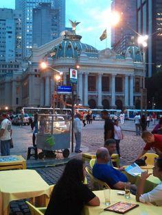 Amarelinho  na frente do Teatro Municipal.. Centro Rio de Janeiro