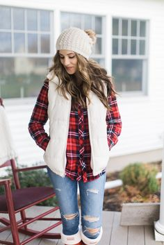 A casual holiday outfit with a plaid shirt, white puffer vest, and red Hunter boots is perfectly comfortable and festive. White Vest Outfit, Puffy Vest Outfit, Bootfahren Outfit, Outfit Ideas, Vest Outfits For Women, Plaid Shirt Outfits, Cute Outfits, Clothes For Women, Flannel Shirts