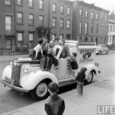 Children piled on an ice cream truck, April 1949 New York City.Its the Good Humor man . these are iconic famous ice cream trucks all over nyc and long island. Life Pictures, Old Pictures, Old Photos, Antique Photos, Random Pictures, Vintage New York, Brooklyn New York, New York City, Good Humor Man