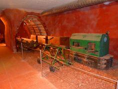 Musée Des Gueules Rouges est un lieu unique retraçant le passé minier de cette région. C'est en effet là que se trouvait jusqu'il y a une vingtaine d'années le plus grand gisement de bauxite du monde, un minerai rouge qui une fois transformé permet d'obtenir de l'aluminium.