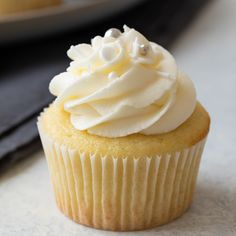 Learn how to make the very best Vanilla Cupcakes with creamy vanilla buttercream frosting. This recipe is super easy and incredibly delicious. Best Vanilla Cupcake Recipe, Easy Vanilla Cupcakes, Easy Cupcake Recipes, Dessert Recipes, Cupcake Frosting Recipes, Recipes Dinner, Food Cakes, Cupcake Cakes, Oreo Cupcakes