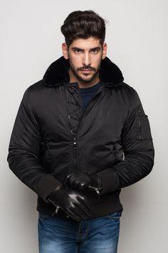 Basic stílusú, férfi pufikabát, elöl cipzárral és zsebekkel. Fekete és sötétkék színben.