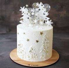 What do you guys think about this winter cake? Is it beautiful or not? Do you need more inspiration and… Christmas Cake Designs, Christmas Cake Decorations, Christmas Cupcakes, Holiday Cakes, Christmas Desserts, Christmas Treats, Christmas Baking, Snow Cake, Winter Wonderland Cake