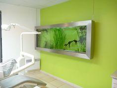 fabricant et installation d'un aquarium tableau dans le cabinet d'un dentiste