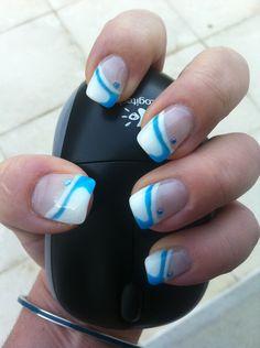 Ongles en gel french blanche et décoration bleu