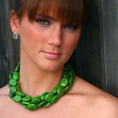 The green necklace with her eyes...is perfecto!