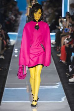 Moschino Fall 2018 Ready-to-Wear Fashion Show Collection: See the complete Moschino Fall 2018 Ready-to-Wear collection. Look 26