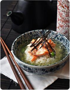 """Parce qu'au Japon, pour les p'tites faims, ils ont des casse-croûte un peu plus sains que le Kinder Bueno (bon d'accord, j'avoue, j'adore les Knder Bueno! L'ochazuke est un classique de la """"cuisine des restes"""" japonaise : un reste de riz cuit, un reste..."""