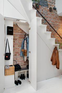 Amenagement sous escalier armoire sous pente rangement escalier