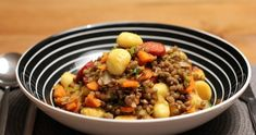 Schnelles Rezept für Linsengemüse, das mit angebratenen Gnocchi und würziger Chorizo serviert wird. Ein prima Wintergericht! Chorizo, Black Eyed Peas, Risotto, A Food, Beans, Pasta, Vegetables, Cooking, Ethnic Recipes