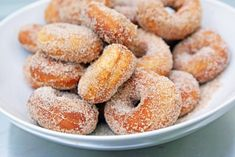 Recipe For Homemade Mini Donuts - If you're looking for something unique to serve at a party, this is it. One batch of dough will make dozens of mini donuts. Mini Donuts, Doughnuts, Cinnamon Donuts, Beignets, Bon Dessert, Dessert Recipes, Beignet Nature, Snacks, Bagels