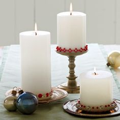 DIY Christmas Table Settings - Decorate plain candles with colored map pins Christmas Table Settings, Christmas Table Decorations, Candle Decorations, Centerpieces, Christmas Candles, Christmas Holidays, Rose Candle, Homemade Candles, Holiday Festival