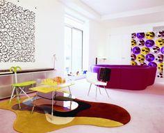 un canapé de couleur cyclamen dans le salon de style Pop Art