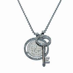 Trendy ketting met zilveren munt en zilveren sleutel belegd met strass. Lengte: 80 cm. €12,95
