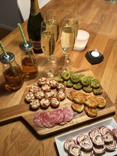 Tilltugg till drinken, buffén, minglet.. – Tre Systrar Lunch Snacks, Yummy Snacks, Pasta Bar, Charcuterie And Cheese Board, Catering Food, Catering Display, Kid Desserts, Party Food And Drinks, Veggie Tray