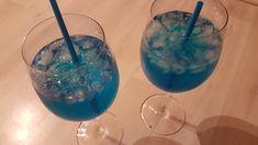 Blue Friend, ein raffiniertes Rezept aus der Kategorie Party. Cocktails, Wine Glass, Tableware, Party, Vodka, Food Portions, Tips, Craft Cocktails, Dinnerware