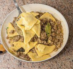 Pasta all'uovo ripiena di carciofi con sugo di salsiccia Tortellini, Mashed Potatoes, Tacos, Ethnic Recipes, Whipped Potatoes, Smash Potatoes