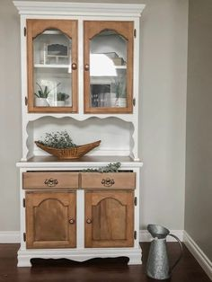 check out this china cabinet redo idea, perfect for your dining room or kitchen. This antique hutch gets an update with this upcycle paint job. China Hutch Makeover, China Cabinet Redo, China Cabinets, China Cabinet Makeovers, Farmhouse China Cabinet, Hutch Cabinet, Armoire Makeover, Dresser Makeovers, Vintage Hutch