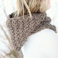 The cold of winter won't feel so chilling when you wear this chunky crochet HOODIE cowl! Crochet Patterns Free Women, Crochet Cowl Free Pattern, Basic Crochet Stitches, Crochet Basics, Crochet Designs, Crochet Ideas, Crochet Projects, Crochet Hoodie, Crochet Beanie Hat